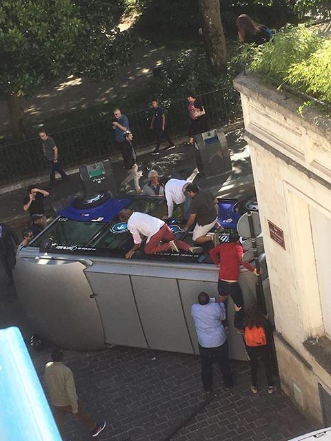 Les passagers ont été extraits par les vitres du côté du minibus, qui se retrouvaient au-dessus d'eux