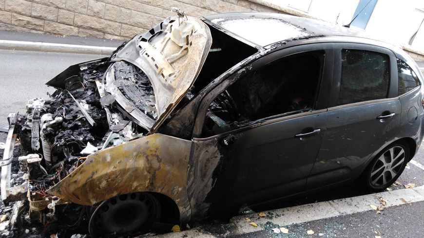 L'une des voitures brûlées, rue Ingres à Guéret.