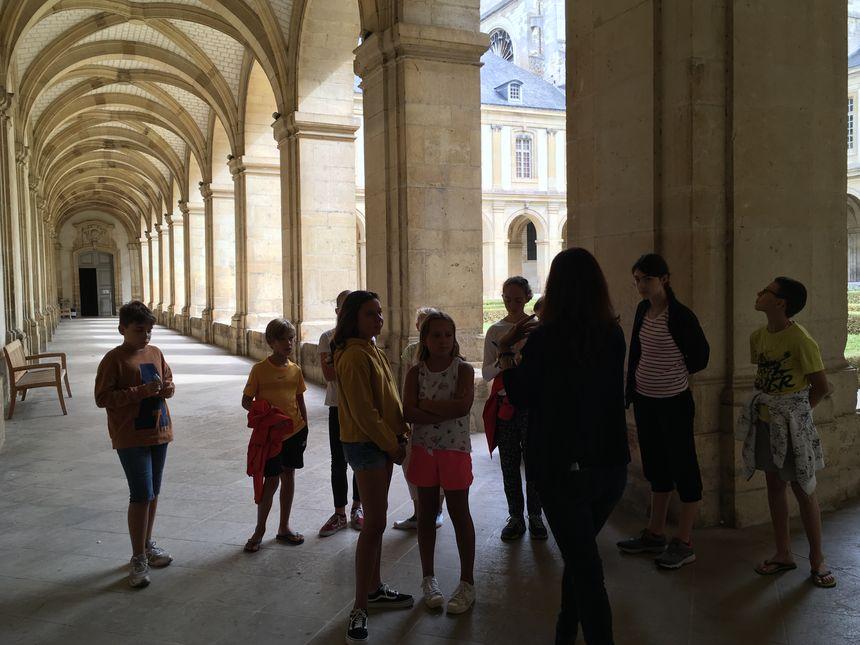 Les enfants ont pu découvrir la vie des moines de l'abbaye au Moyen Age, et parcourir le superbe cloître.
