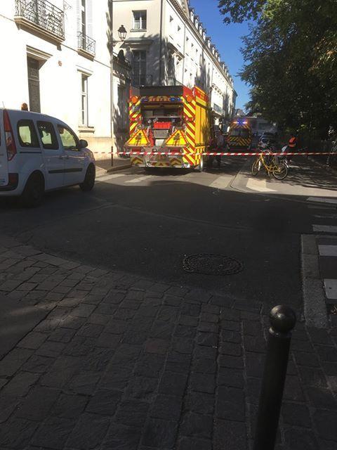 La portion de rue dans laquelle le minibus s'est renversé est interdite à la circulation jusqu'au déblaiement de la chaussée