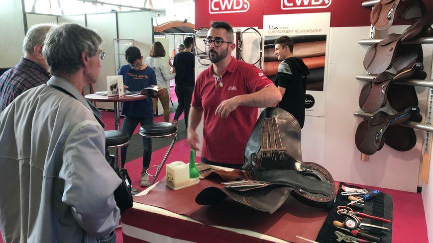 Sur le salon, les grosses entreprises du cuir comme CWD ou Repetto promeuvent leurs produits mais aussi leurs métiers.