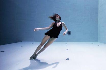 Regarder Julie Gautier danser sous l'eau permet de ressentir l'ivresse des profondeurs en restant bien au sec.