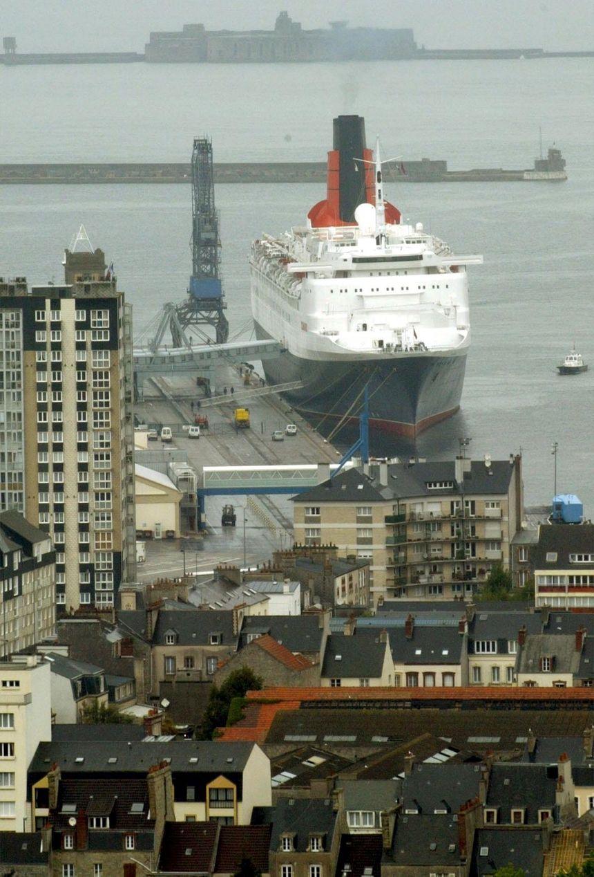 Le Queen Elizabeth ici en 2003 à Cherbourg sera de retour dans le Cotentin le 2 janvier 2019.