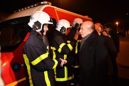 Gérard Collomb rencontre des pompiers à Calais en février 2018