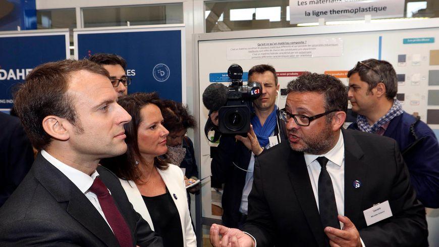 Johanna Rolland avec Emmanuel Macron, alors ministre de l'Economie, le 18 mai 2015, lors d'une visite de l'usine Daher, près de Nantes