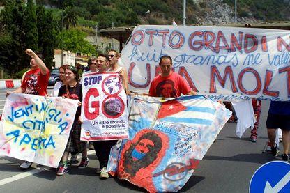 Manifestants anti-capitalisme italiens manifestent, le 14 juillet 2001 au Poste Frontière de Vintimille (Italie)