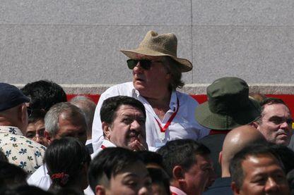 Gérard Depardieu assistant à un défilé militaire en compagnie de Yann Moix pour le 70ème anniversaire de la Corée du nord