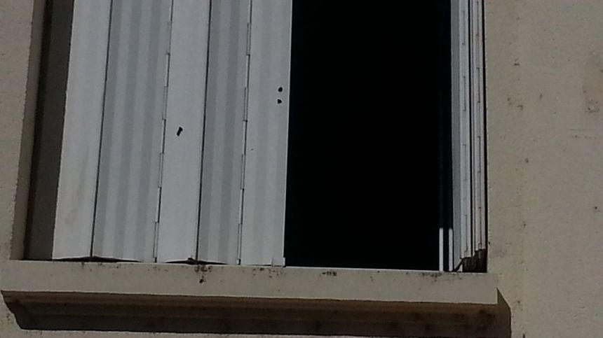 Des traces de tir au plomb dans les volets des immeubles.