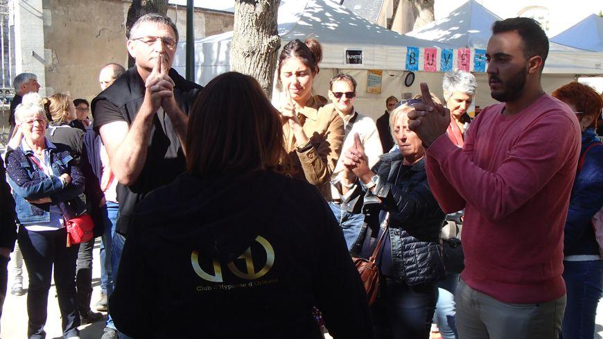 Le club d'hypnose d'Orléans propose des séances en pleine rue