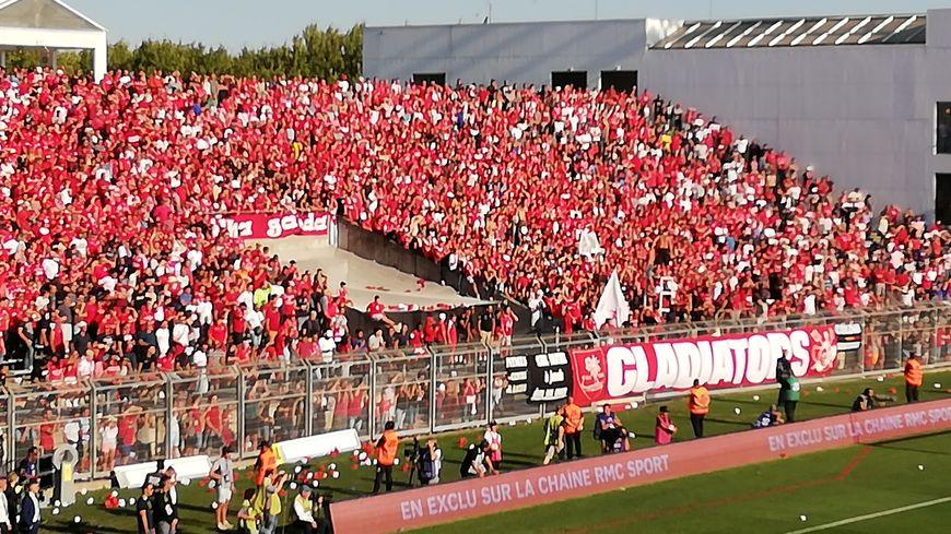Les joueur du Nîmes Olympique ont été portés par un stade des Costières en surchauffe ce samedi 1 er septembre face au PSG