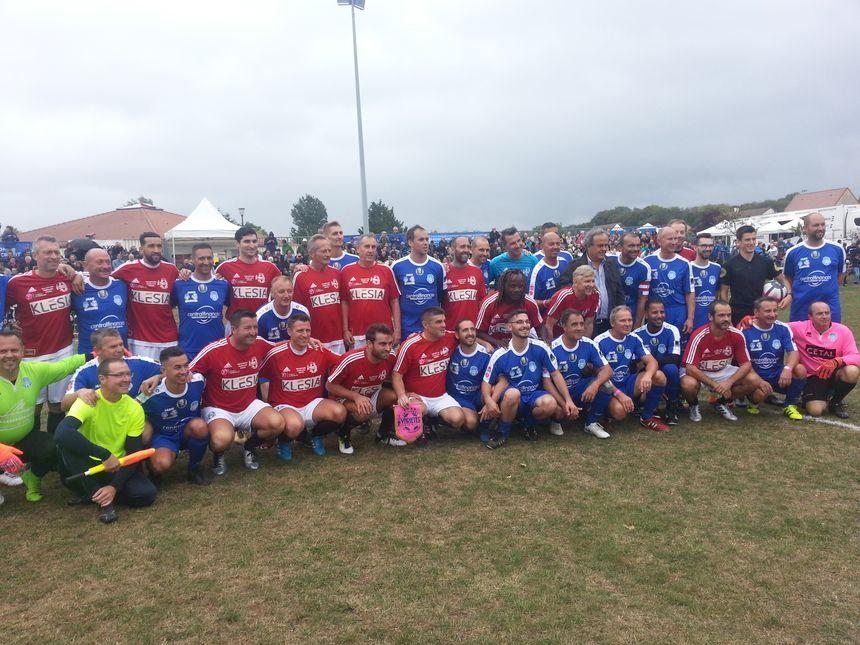 Les joueurs du Variétés Club (en rouge) se sont imposés 6-0 face à l'ASVH.
