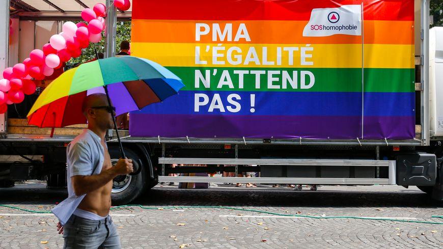 """Illustration PMA lors de la marche des fiertés """"gay pride"""" 2018, Paris, 30 juin 2018"""