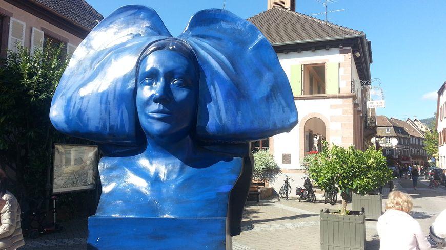 L'alsacienne et sa coiffe à l'entrée de la ville