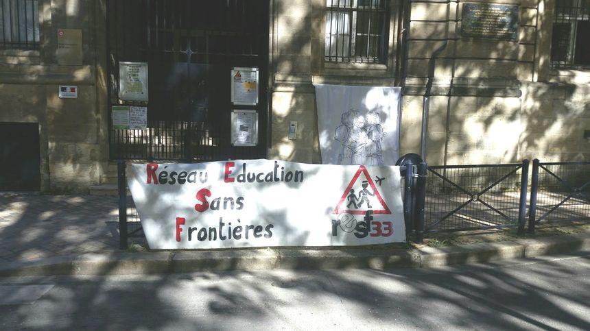 La banderole déployée devant l'école Saint-Bruno, à Bordeaux