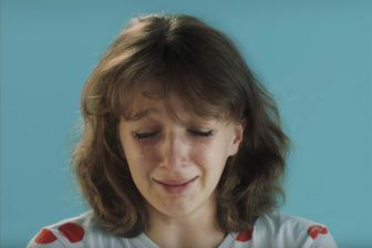 """Charlotte Abramow, dans son clip """"La Loi de Murphy"""" qu'elle a réalisé pour Angèle."""