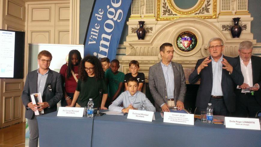 Le maire de Limoges, Emile-Roger Lombertie, avec les membres du conseil municipal des enfants