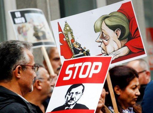 Samedi dernier, manifestation contre Erdogan à Düsseldorf, dans la capitale allemande de la mode et du show-business, ville progressiste gourvernée par le SPD et les Verts (Grüne) depuis le XXè siècle