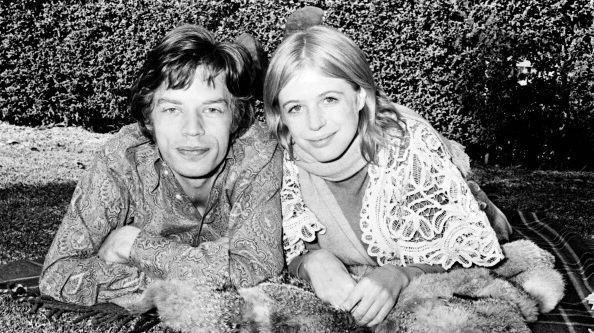 Mick Jagger et Marianne Faithfull dans les jardins de l'hôpital Mount St Margaret, à Sydney, le 27 juillet 1969. Marianne Faithfull hospitalisée à la suite d'une overdose.