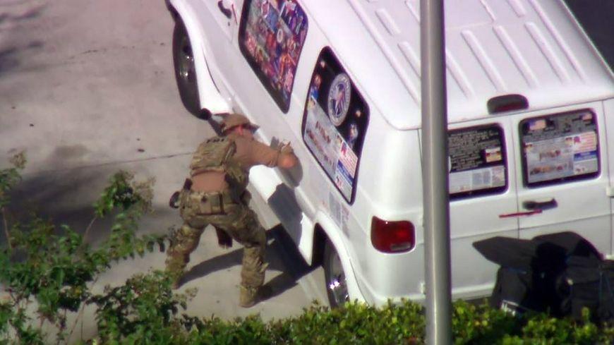 La camionnette blanche du suspect était couvertes d'autocollants pro-Trump.
