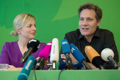 Les leaders des Verts en Bavière Katharina Schulze et Ludwig Hartmann lors d'une conférence de presse après leur succès électoral