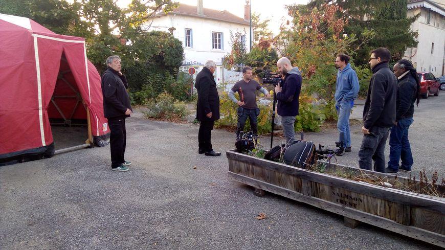 Avant de tourner l'émission Stéphane Thebaut (2e en partant de la gauche) a discuté avec les deux artisans pour mieux connaître leur projet