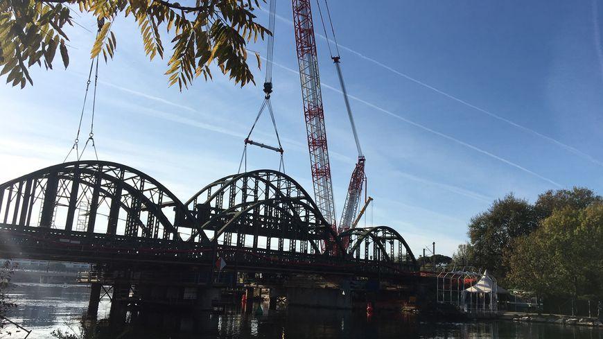 Près de 240 ouvriers travaillent pendant 5 jours et demi pour démolir et remplacer le viaduc de la Siagne.