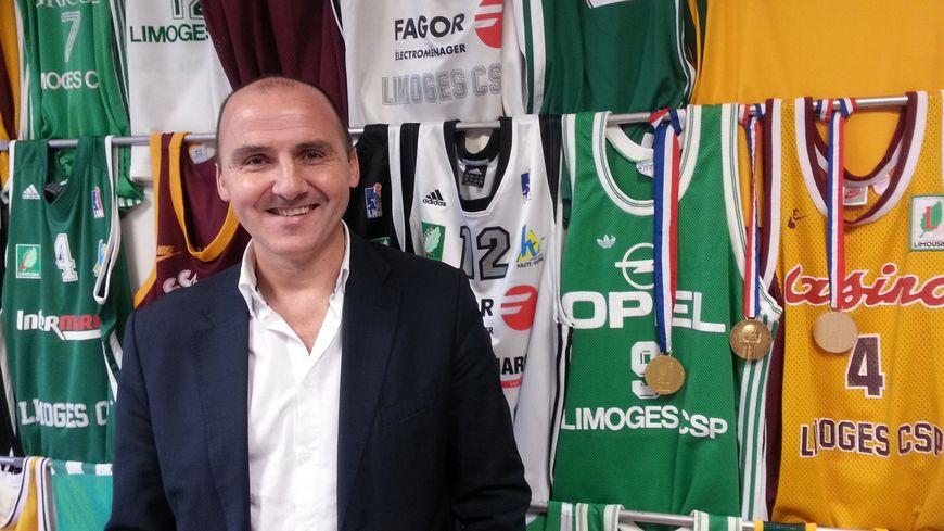 Frédéric Forte tout sourire devant cette collection de maillots qu'il aimant tant dans son bureau de la rue Haute-Vienne à Limoges