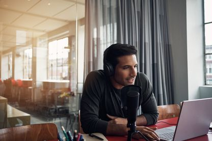 Jeune homme s'enregistrant pour un podcast radio