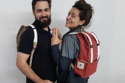 Léa et Fabien avec  leur sac à dos vibrant et clignotant