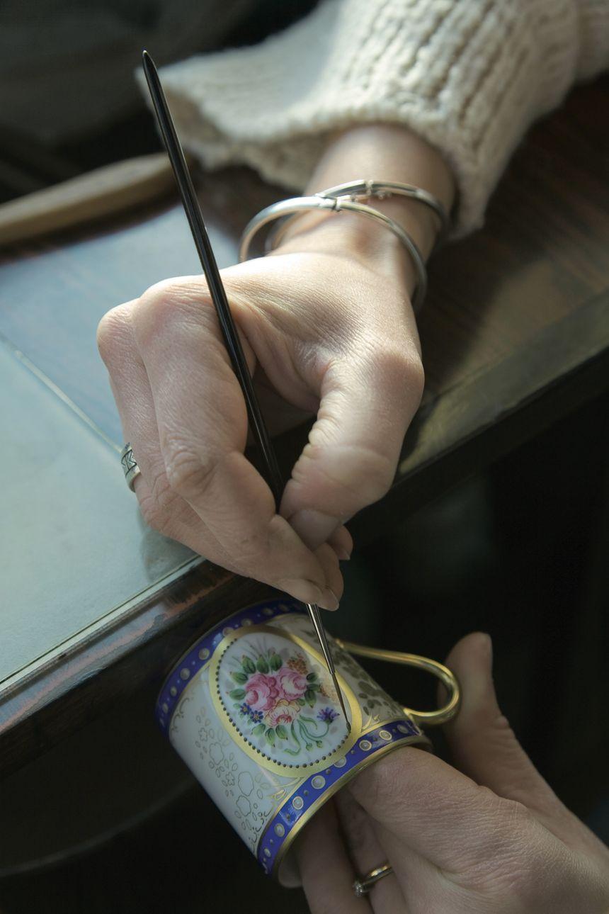 """""""Les petits mains"""" de chez Raynaud connaissent parfaitement la technique de décoration à la main"""