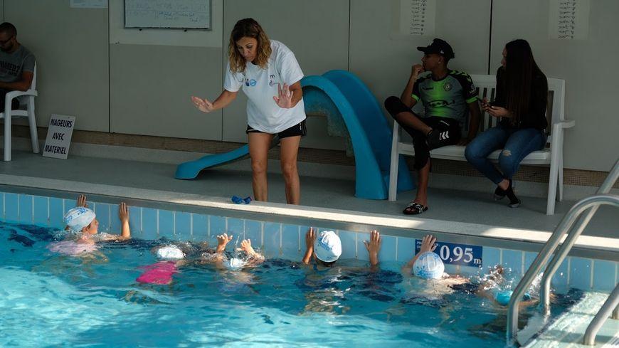 """""""j'apprends à nager"""": pour certains enfants, ce sont les tout premiers pas dans l'eau"""