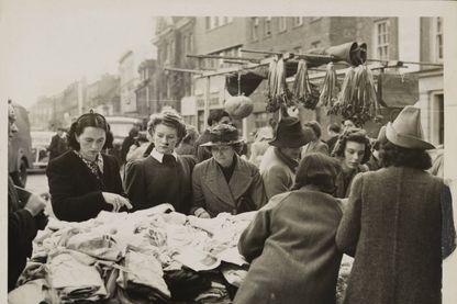Pendant la Seconde Guerre Mondiale, entre les bombardements et les évacuations d'urgence... trouver de quoi se vêtir était devenu une denrée rare et hors de prix !