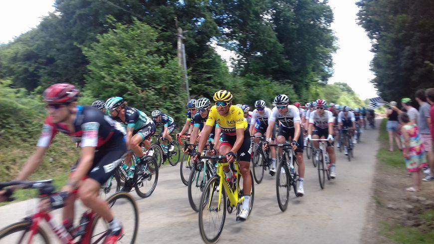 Le maillot jaune Greg Van Avermaet lors de l'étape Lorient-Quimper du Tour de France cycliste 2018 (photo prise sur la route du Tour/ à Saint-Goazec).
