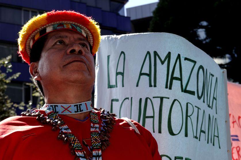 Des autochtones victimes de dommages dans la forêt amazonienne en Equateur réclament réparations à Quito le 26 septembre 2018.