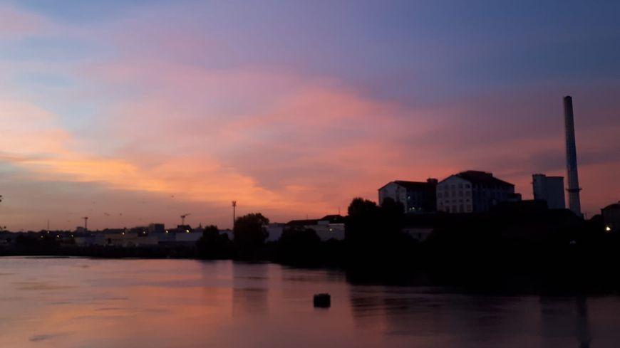 Coucher de soleil au-dessus de la Loire et de l'usine Béghin say à Nantes