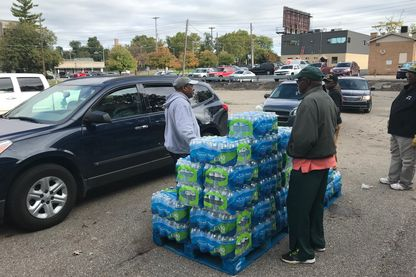 En 2015, l'eau de la ville a contaminé les habitants de Flint. Trois ans plus tard, tous n'ont pas accès à l'eau potable. Ici, distribution par des bénévoles d'une église.