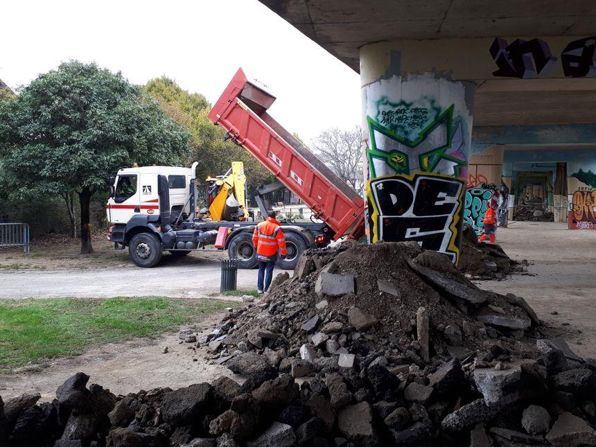 Des gravas et de la terre ont été déposés pour empêcher une nouvelle installation
