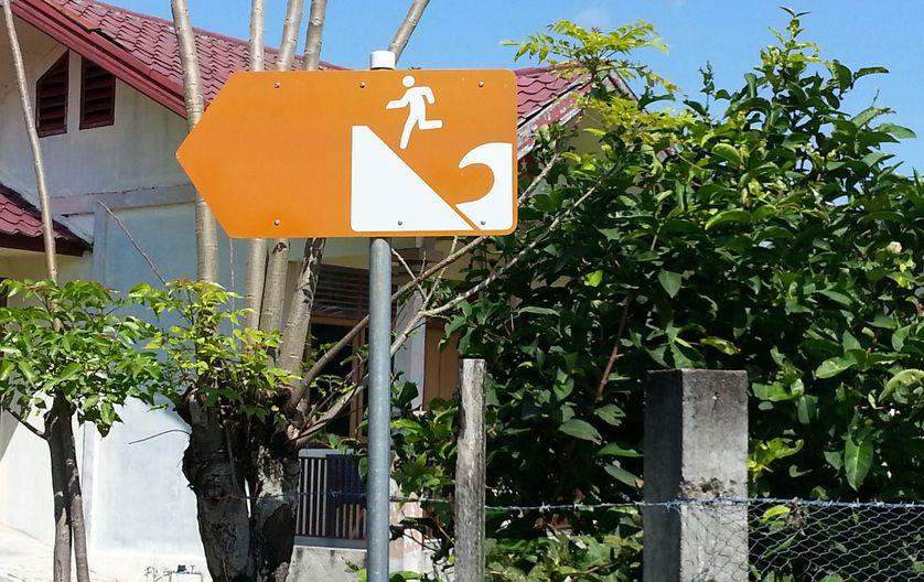A Banda Aceh, ville meurtrie par le tsunami de 2004, un panneau signale dix ans plus tard le sens de l'évacuation en cas d'alerte tsunami