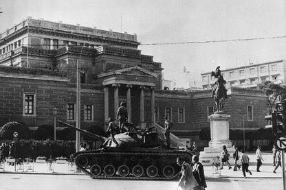 20 novembre 73, un tank dans l'artère principale d'Athènes pendant le soulèvement sanglant des étudiants