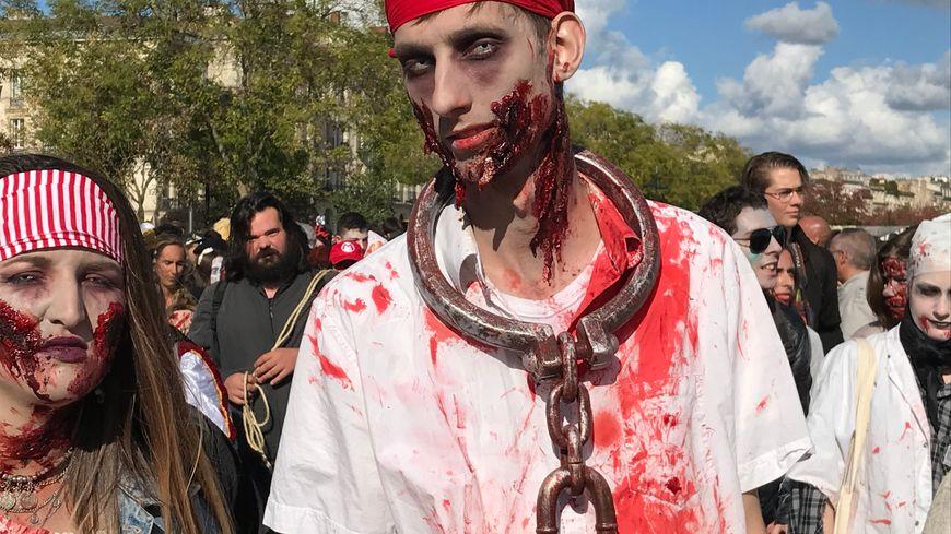 Prisonniers, vikings, pirates, mariées, nonnes...environ 200 zombies ont parcouru le centre-ville de Bordeaux ce samedi.