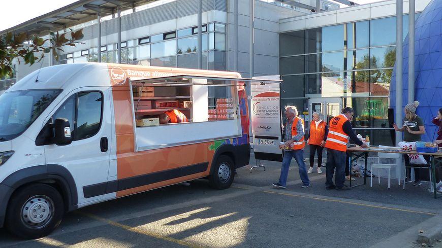 Les bénévoles du Comptoir d'Aliénor et de la banque alimentaire assurent la distribution chaque mardi au campus de Carreire.
