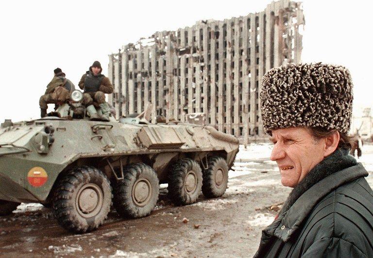 Char russe devant les ruines du Palais présidentiel de Djokhar Doudaïev, premier dirigeant de République socialiste soviétique autonome de Tchétchénie-Ingouchie, Grozny, 1995