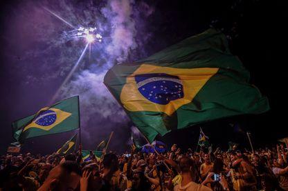 Des supporters de Bolsonaro célèbrent la victoire de leur candidat à Rio de Janeiro