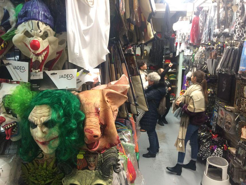 Dans le magasin Ami Loisirs à Valence, de plus en plus d'adultes viennent chercher des déguisements pour Halloween.