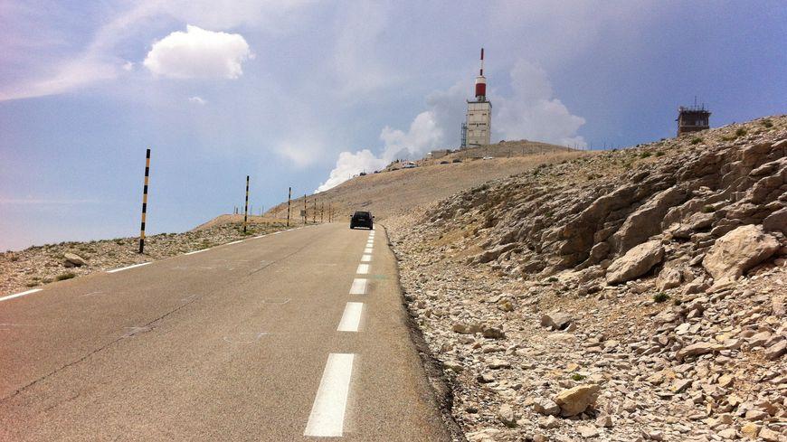 Vers le sommet du mont Ventoux en été