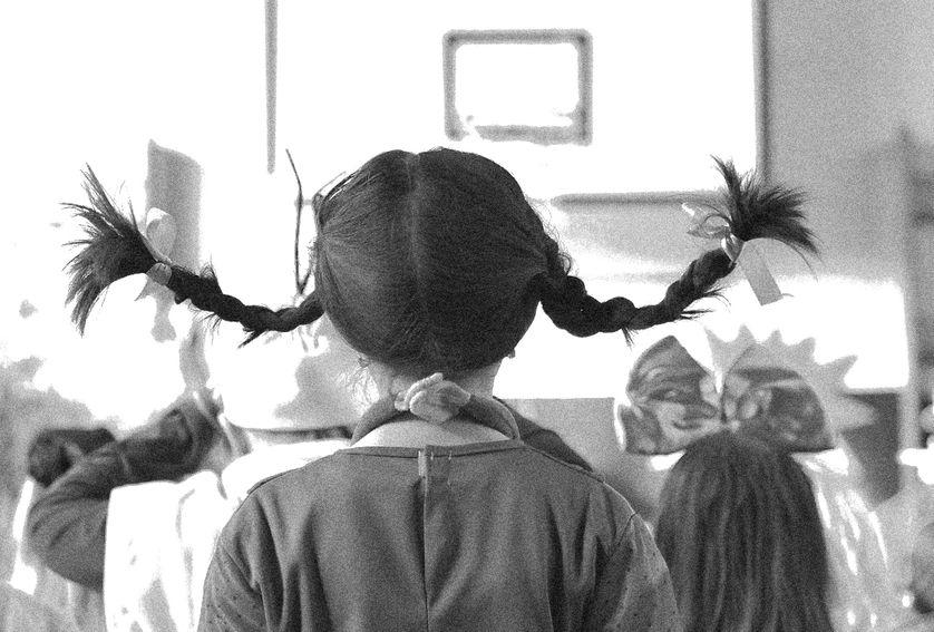 """Enfant déguisée en """"Fifi Brindacier"""", Carnaval 2015 en République Tchèque (modification en N&B)."""