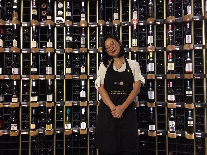 Shiyu Pinel-Zhang, caviste à Latitude 20 à Bordeaux.