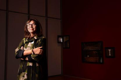 Sophie Calle, posant dans le Musée Isabella Stewart Gardner, musée de Boston, Massachusetts, consacré à l'art européen et américain, en 2013.