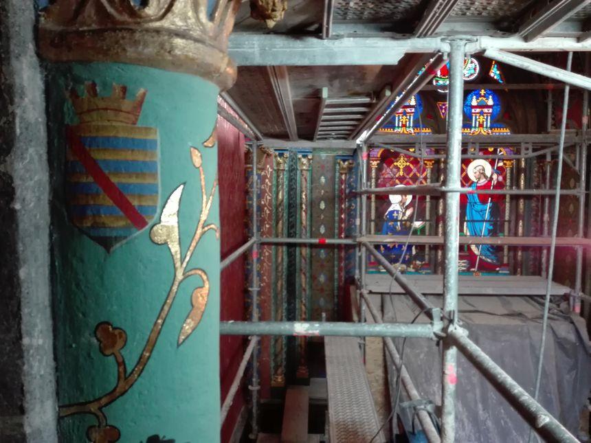 Des peintres en décor et des doreurs interviennent sur le chantier