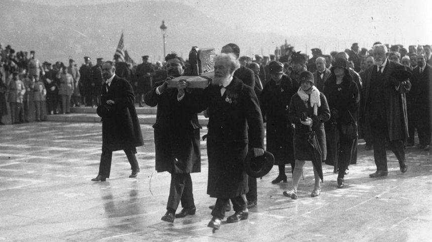 L'urne reliquaire en forme d'aigle portée lors de l'inauguration du Monuments aux morts de Nice en 1928